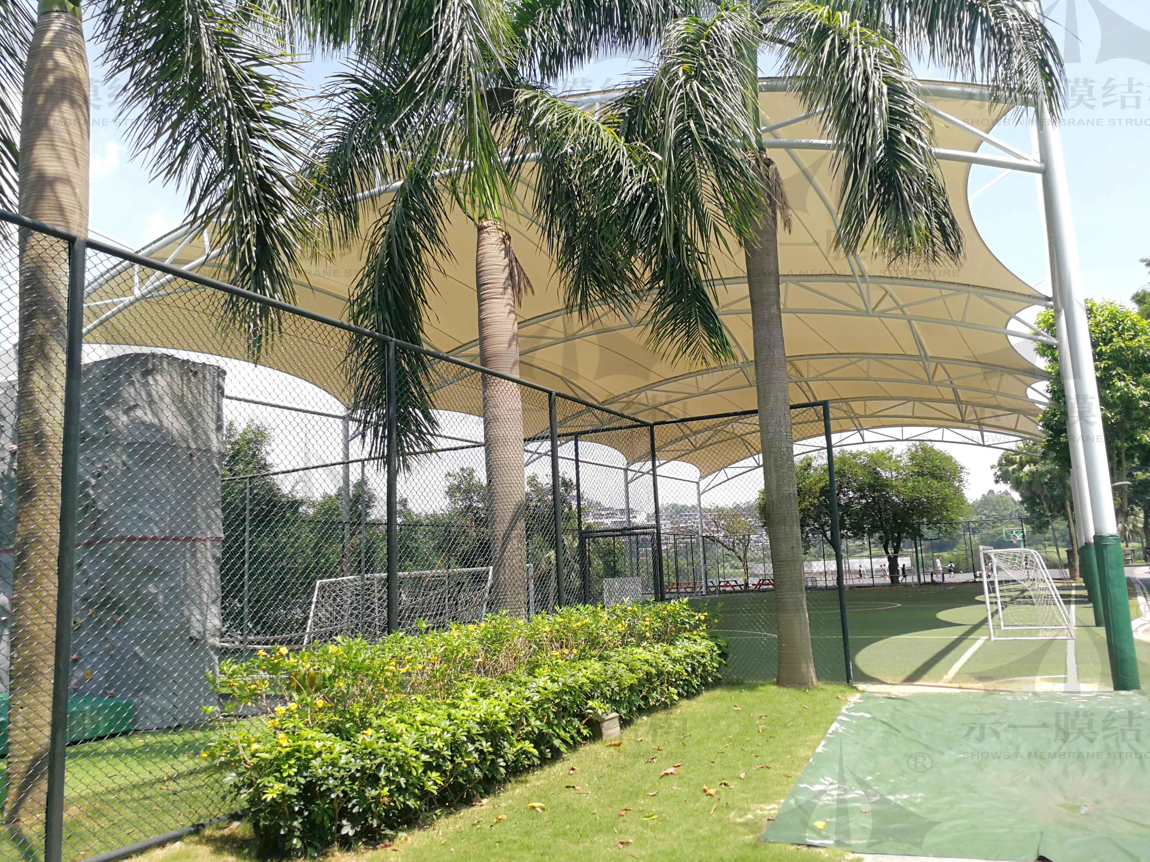 上海示一膜结构广州英国学校足球场膜结构遮阳棚